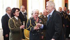 Česká armáda má první generálku. Prezident vyznamenal Lenku Šmerdovou