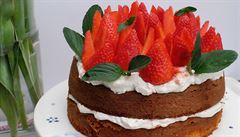 Delikátní dort ze špaldové mouky s jahodami a bazalkovou mátou