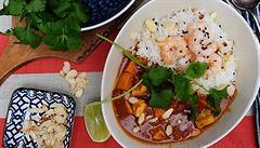 Indické rybí kari s krevetami a sladkými bramborami. Dietní žhavá pochoutka