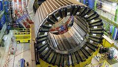 Největší urychlovač částic již pracuje deset let. Je dlouhý 27 kilometrů