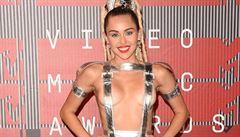 Spodní prádlo zakázáno. Celebrity si oblíbily 'nahé' šaty