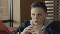 'Ten sendvič měl otec taky nejradši.' McDonald's stáhl reklamu, zneužívala smutek sirotků