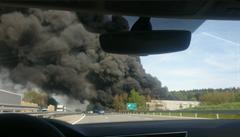 U Ostředku nedaleko D1 hoří už druhý den hala s pneumatikami