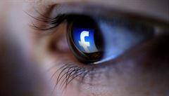 Založte si Facebook kvůli domácím úkolům, nabádají ve školách žáky. Právníci kroutí hlavou