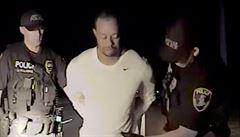 VIDEO: Policie zveřejnila záznam zatýkání Woodse. Místo abecedy chtěl zpívat hymnu