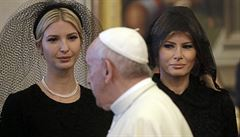 Co říká garderoba první dámy? Neúcta k muslimům, přehnaná úcta k Vatikánu