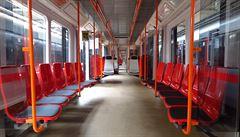 V pražském metru jezdí první vagon s plastovými sedačkami. Podívejte se