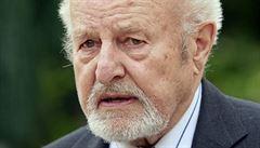 KOMENTÁŘ: Profesor Jičínský slaví devadesátiny. Za práci pro Chartu 77 byl trestně stíhaný, po revoluci přispěl k demokratizaci státu