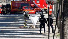 V Paříži explodovalo auto, které najelo do policejní dodávky. Řidič je mrtvý, v autě měl i kalašnikov