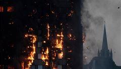 Zůstaňte uvnitř, řekli hasiči obyvatelům hořící Grenfell Tower. Vyšetřování pokračuje