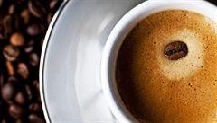 Zeptali jsme se vědců: Pomáhá tělu při dehydrataci alkoholem či kávou souběžné pití vody?