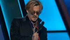 Opilý Johnny Depp předával cenu. Skoro se skácel