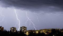 Jak bude o víkendu: teplé počasí naruší nevyzpytatelné bouřky, připravte se i na pořádné přeháňky