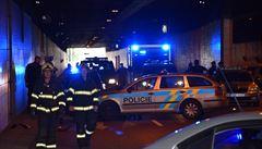 Honička s motorkářem v Praze skončila nárazem do policejního auta a těžkým zraněním