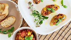 Lilkový předkrm lahodných chutí s cuketou a rajčaty. To je sicilská caponata