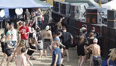 Taneční party na Lounsku skončila. Účastnily se jí stovky lidí, policie eviduje přestupky převážně ohledně držení drog
