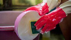 V houbičkách na nádobí jsou miliardy bakterií, tvrdí studie. Některé představují i zdravotní riziko