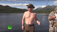 VIDEO: Dovolená na Sibiři. Vladimir Putin loví ryby nebo jezdí na kajaku