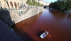Vltava se v Praze zbarvila do ruda. Skupina protestovala kvůli Mánesu