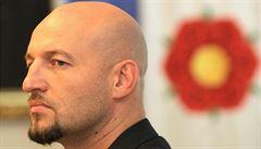 Lámaná angličtina? Hodonínský zastupitel zavolal strážníky na amerického vojáka a ředitelku nadace