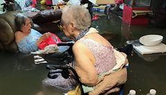 Fotka zaplavených důchodkyň obletěla svět. Díky ní se podařilo všechny zachránit