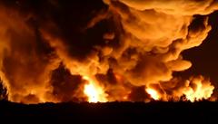 Nejvyšší stupeň poplachu. Hoří obří skládka odpadu, Litvínov vyzývá obyvatele, aby nevětrali