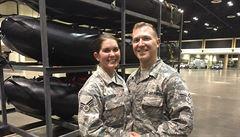 Dvojice nasazených vojáků stihla svatbu uprostřed hurikánu