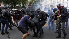 Policie rozháněla anarchisty vodními děly. Paříž se stala centrem protestů