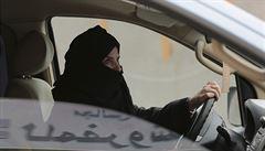 Saúdské ženy mohou konečně řídit. Silniční nehody budou řešit inspektorky