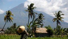 Hrozba erupce sopky na Bali nadále trvá. Evakuováno bylo 135 tisíc lidí