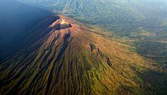 Probouzí se sopka Agung na Bali? Tamní vláda kvůli otřesům evakuovala desetitisíce lidí