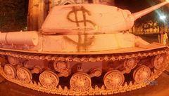 Černého růžový tank je zpět v Lešanech. Před návratem na něj někdo nasprejoval dolar
