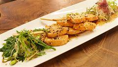 VIDEORECEPT: Připravte si lososové špízy se salátem z mořských řas