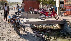 HEJTY Z HAITI: Jak uklízí Haiťané? Odpadky patří za zeď