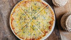 Z 21 potravin bylo shodných sedm. Na české pizze byl místo sýra rostlinný tuk