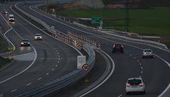Řidič jel po dálnici D10 v protisměru a způsobil nehodu, z místa ujel