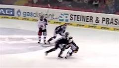 VIDEO: Petr Mrázek dostal ránu ramenem do hlavy. Museli mu vytahovat zapadlý jazyk