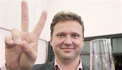 Vondráček vyskočil s kytarou na předsednický pult ve sněmovně. Za své jednání se omluvil