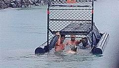 Muži fotící se v pasti na krokodýly aspirují na titul 'idioty století'