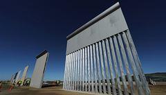 Trumpův názor na zeď s Mexikem se vyvíjí, tvrdil šéf Bílého domu. Prezident to popřel