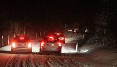 V Krušných horách napadl sníh. Po nedělní vichřici komplikoval situaci na silnicích