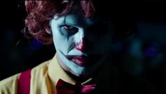 VIDEO: Burger King si utahuje z maskota McDonaldu. Odkazuje na horor To