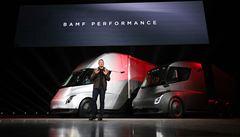 Tesla představila elektrický tahač Semi a nový sporťák Roadster