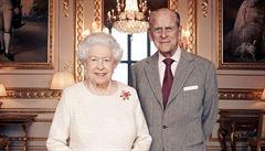Britská královna se s manželem nechala očkovat proti covidu-19. Vakcínu už dostalo 1,5 milionu Britů