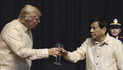 VIDEO: 'Jsi světlo.' Filipínský prezident zazpíval Trumpovi milostnou píseň