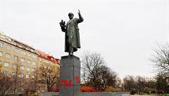 Vandalové rudě nasprejovali na sochu maršála Koněva letopočty 1956 i 1968