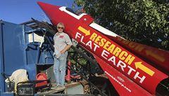 Američan sestavil raketu a chystá se do kosmu. Chce dokázat, že je Země plochá