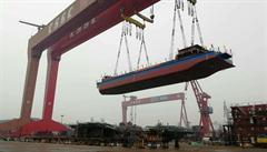 Čína spouští elektrickou nákladní loď. Bude vozit uhlí do elektrárny