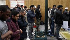'V modlení jim zabráníme.' Francouzský ministr vnitra zakázal muslimům modlit se na ulici