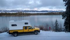 NOMÁDI: Ve Whistleru jsou drahé nájmy, tak si postavil nástavbu na pick-up. A vyrazil na Aljašku